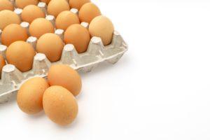 Frische braune Eier in weißem Eierkarton