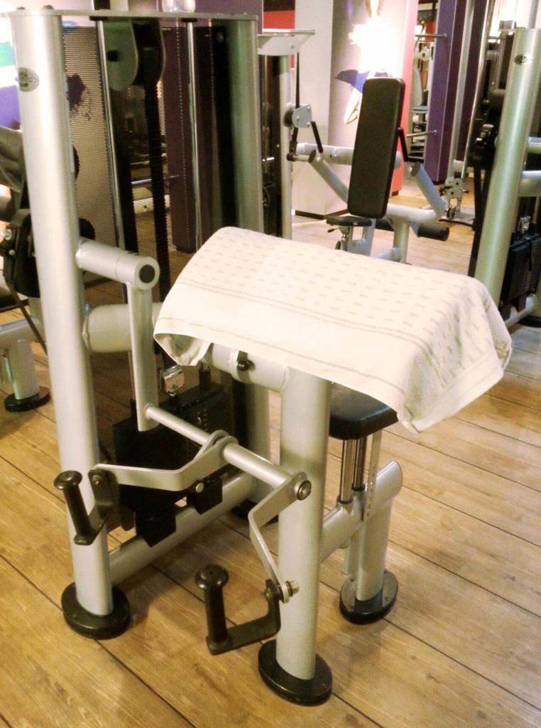 Bizepsmaschine mit Handtuch auf Polster