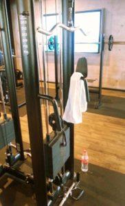 Latzug SZ Stange mit Handtuch und Wasserflasche